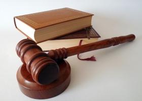 marteau et texte de loi
